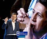 García Albiol escucha a Rajoy durante el mitin del domingo en Salou.