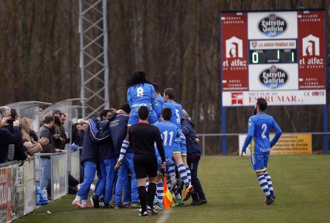Los jugadores de la Arandina celebran su primer gol contra el Burgos Promesas este domingo.