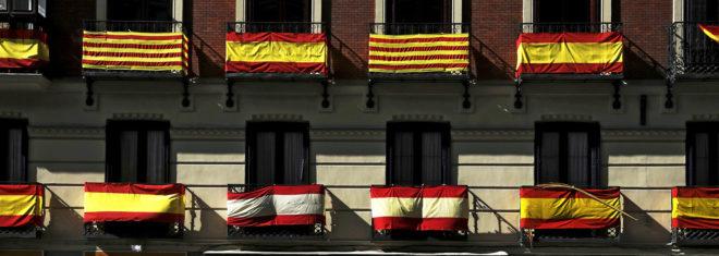La fachada de un edificio de Madrid, con dos 'senyeras' en los...