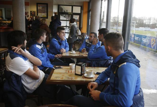Los jugadores de la Arandina, antes de su encuentro frente al Burgos Promesas.