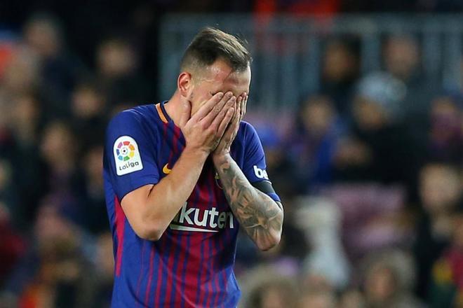 Paco Alcácer se lamenta tras sufrir lesionarse ante el Deportivo.