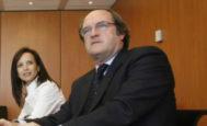Los ex ministros Beatriz Corredor y Ángel Gabilondo (dcha.) en un acto en 2009.