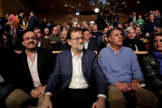 El presidente del Gobierno, Mariano Rajoy, junto al candidato del PP en Cataluña, Xavier García Albiol, en un mitin de ayer en Salou