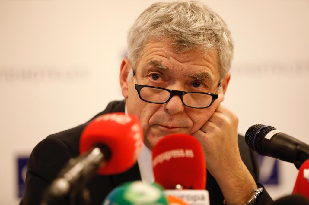 Villar ataca al Gobierno y ofrece a Rajoy ser asistente de Lopetegui