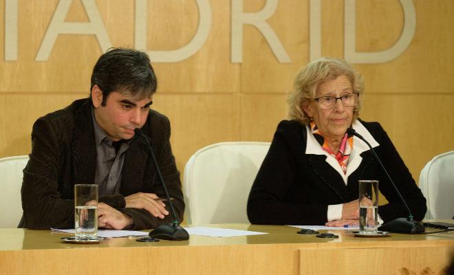 Manuela Carmena y su nuevo edil de Economía, Jorge García Castaño, este lunes, tras el Pleno.