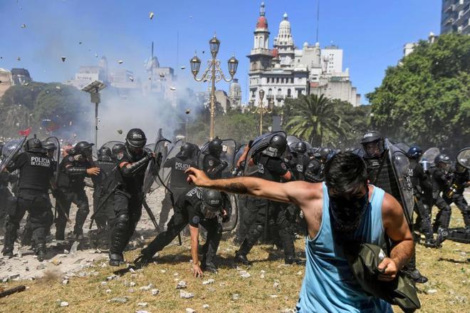 Carga policial contra manifestantes a las puertas del Congreso, en Buenos Aires.