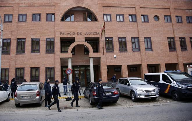 Juzgados de Aranda, antes de entrar los tres jugadores acusados de delito sexual.