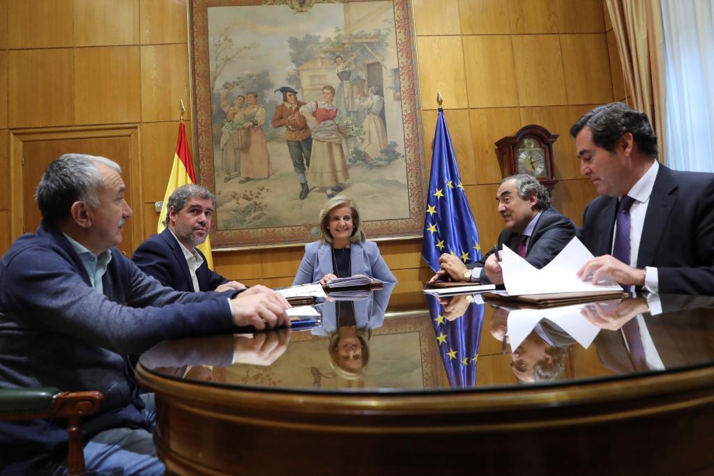 La ministra de Empleo, Fátima Báñez durante su reunión con los secretarios generales de CCOO, Unai Sordo (2i) y UGTJosep María Alvarez (i) y los presidentes de CEOE, Juan Rosell (d) y Cepyme, Antonio Garamendi, para hablar de la subida del salario mínimo interprofesional (SMI), tras conocerse que la propuesta del Gobierno incluye un alza del 4 % para 2018 dentro de un acuerdo a tres años.