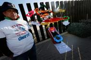 Un regante con una camiseta de protesta junto a una estampa funeraria colocada a las puertas de la desaladora de Torrevieja.