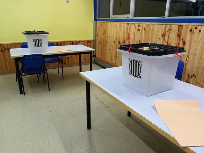 Urnas en un colegio de Badalona preparados para el 1-O