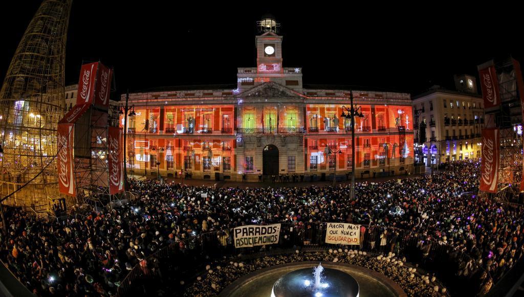 12 uvas y un espejo negro para ver el futuro papel firmas for Puerta del sol uvas