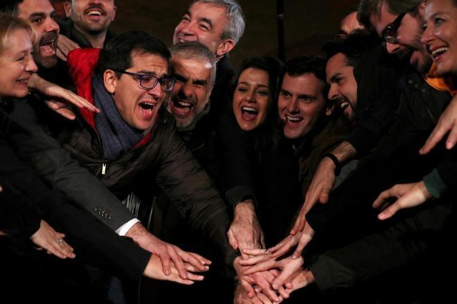 Inés Arrimadas, en el centro, celebra con su equipo el último acto de la campaña.