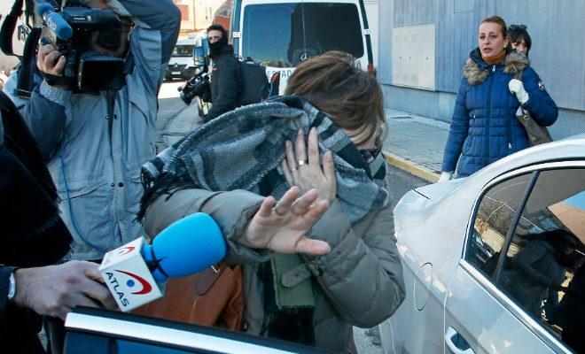 La madre de la menor que puso la denuncia sale de los juzgados de Aranda de Duero.