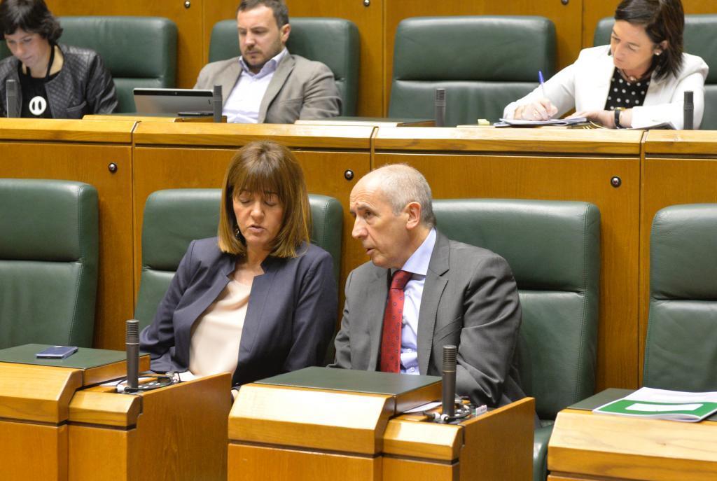 Idoia Mendia y Josu Erkoreka, juntos en una imagen tomada en el Parlamento Vasco.
