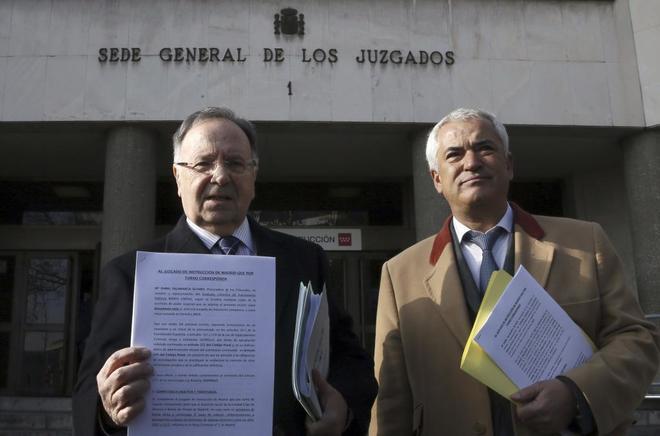 Bernard (izda.) y Pineda (dcha.), en los juzgados de Plaza de Castilla.