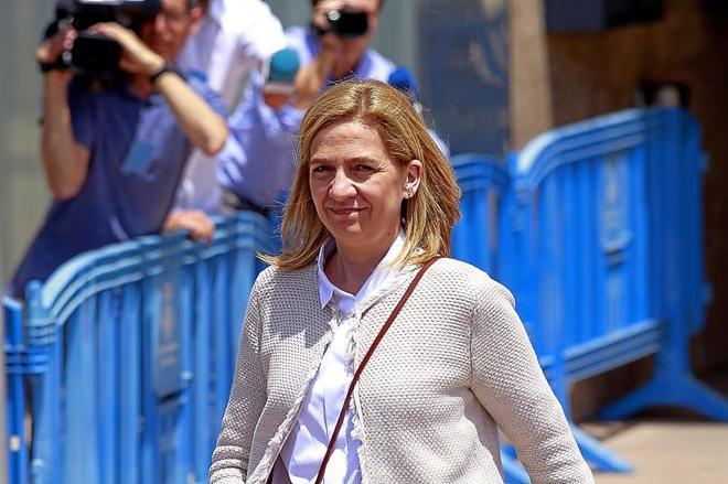 La infanta Cristina saliendo de la sede donde se juzgaba el caso Nóos en Palma.