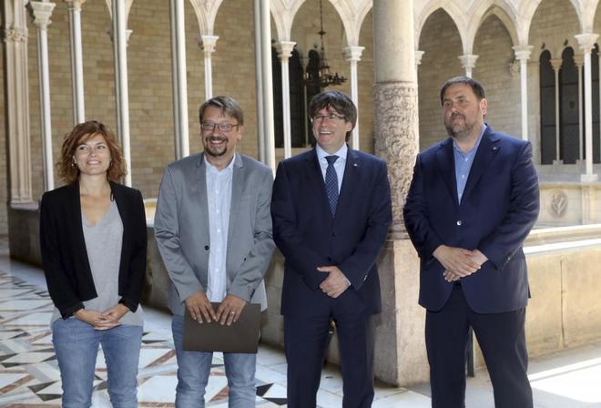 Carles Puigdemont y Oriol Junqueras en una reunión en la Generalitat con Xavier Doménech y Elisenda Alamany en junio.