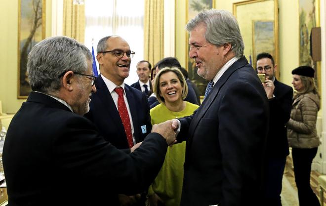 El ministro Méndez de Vigo saluda al consejero de Educación de...