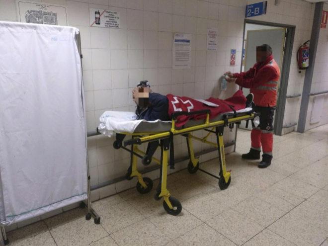 Trabajador sanitario atendiendo a un paciente en el Hospital la Paz.
