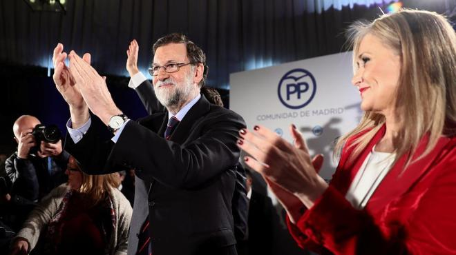 El presidente del Gobierno, Mariano Rajoy, junto a la presidenta de...