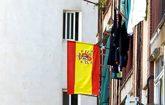 Banderas de España ondean en un edificio de Badalona.