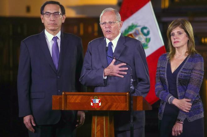 Kuczynski (c) durante la emisión del mensaje a la nación acompañado por sus vicepresidentes.