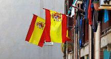 Banderas de España ondean en un edificio de Badalona. Rafael...