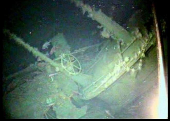 Fotografía facilitada por la Armada Real de Australia que muestra el casco y periscopios de popa del submarino HMAS AE1.