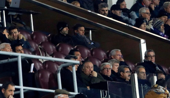 Paco Jémez (centro) con Toni Muñoz presencia el Getafe-Las Palmas de este miércoles.