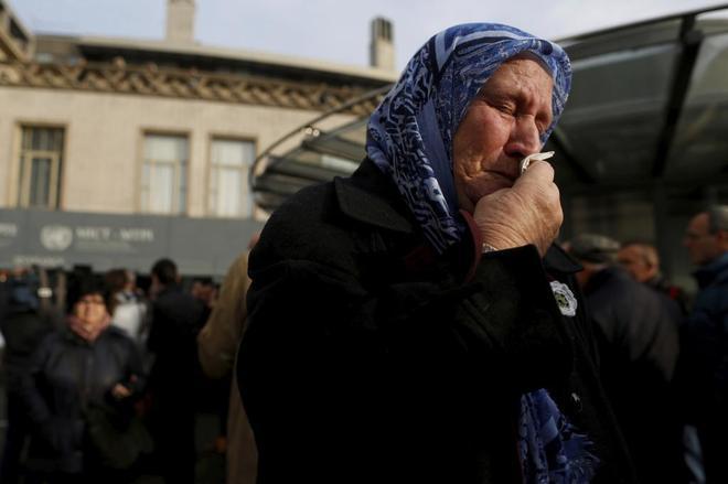 Nura Mustafic, activista de las Madres de Srebrenica, llora tras conocer la sentencia contra Ratko Mladic, el pasado 22 de noviembre