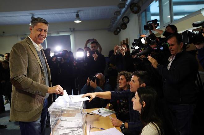 El candidato del PP, Xavier García Albiol, ejerce su derecho al voto en Badalona