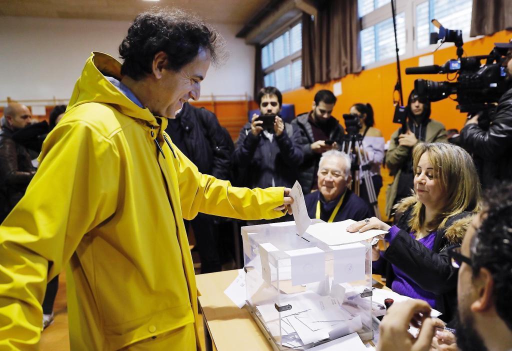 Un hombre vota vestido de amarillo  en un colegio de Barcelona.