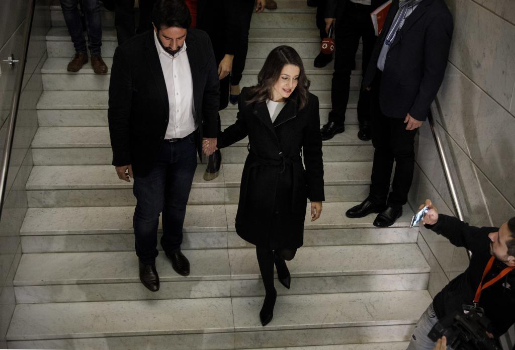 Inés Arrimadas llega al hotel para seguir los resultados en la noche electoral.