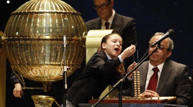 Aya Ben, cantando un premio con su peculiar estilo.