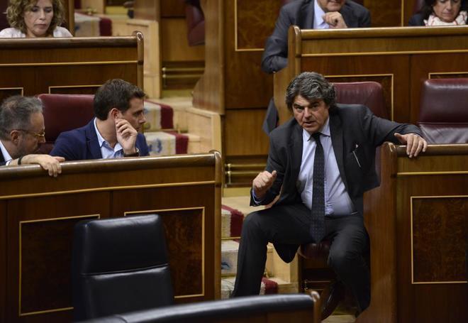Jorge Moragas (dcha.) charla con los diputados de Ciudadanos Juan...