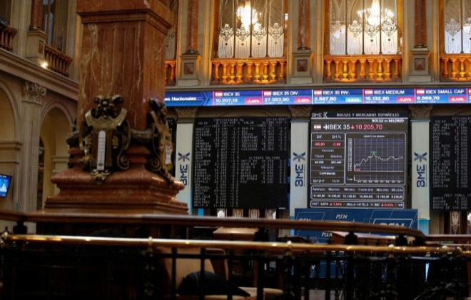 Pantallas del Ibex 35 en el Palacio de la Bolsa de Madrid, este viernes.