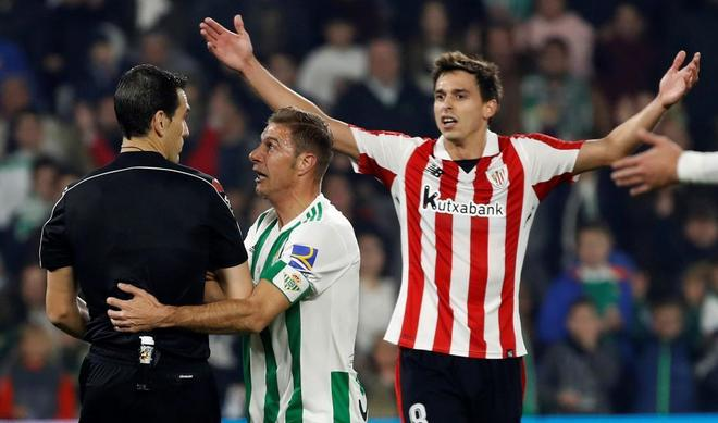 Joaquín protesta a Martínez Munuera, ante Iturraspe.