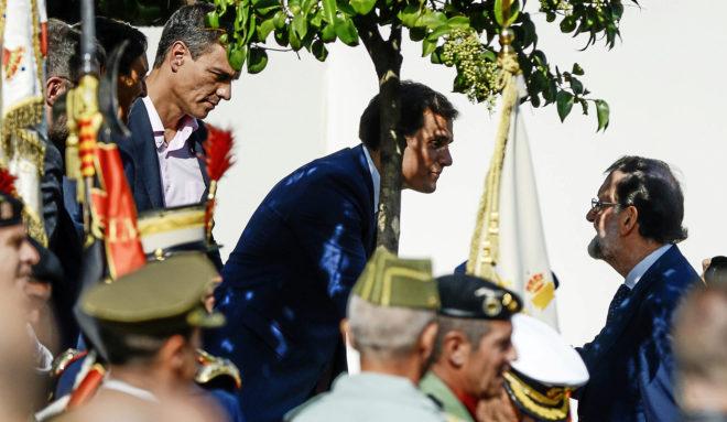 Mariano Rajoy saluda a Albert Rivera y Pedro Sánchez durante el...