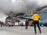 Incendio en un centro comercial de Davao, este domingo.