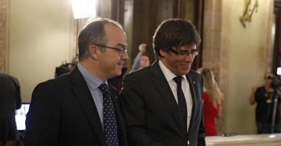 El president de la Generalitat Carles Puigdemont (dcha.) y Jordi Turull (izda) en el Parlament el día de la declaración de la DUI.