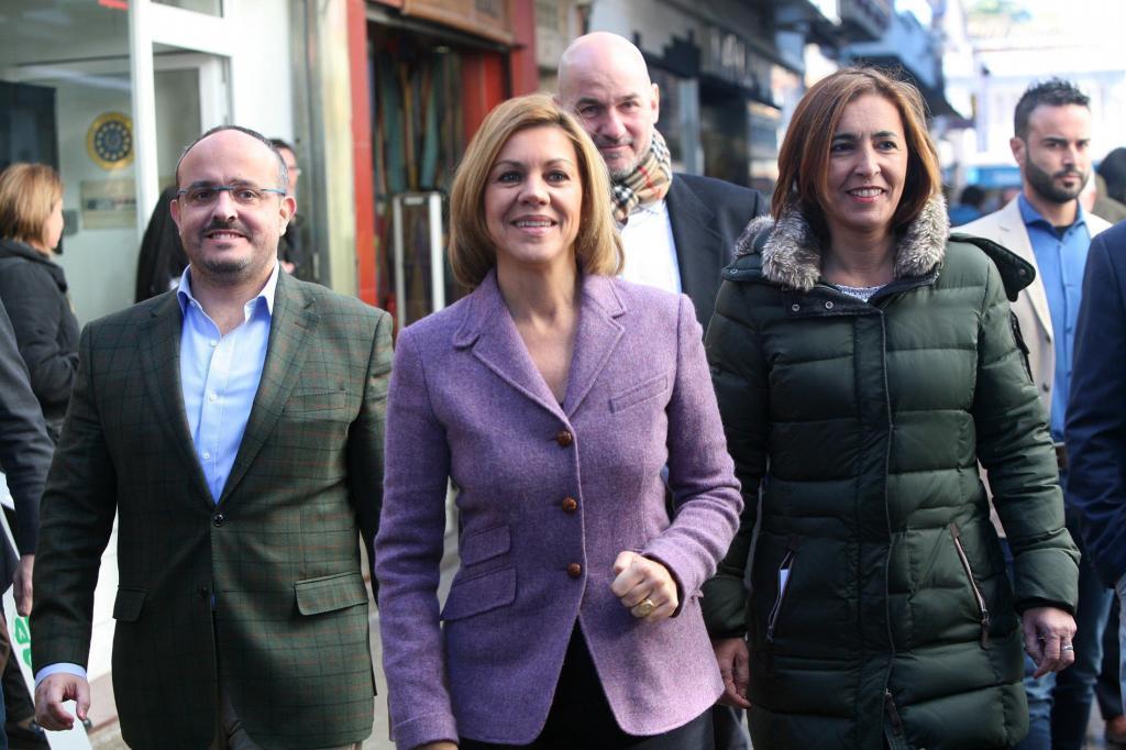 El cabeza de lista del PPC por Tarragona, Alejandro Fernández, con María Dolores de Cospedal y la primera teniente de alcalde de Calafell.