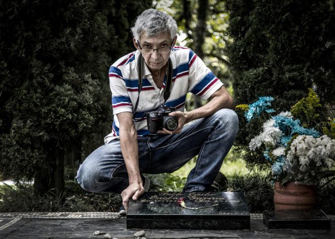 'El Chino', ante la tumba de Escobar