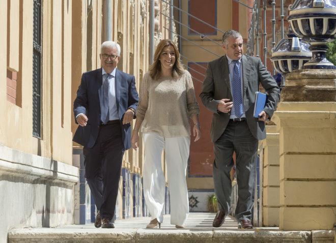 El vicepresidente Jiménez Barrios, la presidenta Susana Díaz y el consejero Carnero, en el Palacio de San Telmo.