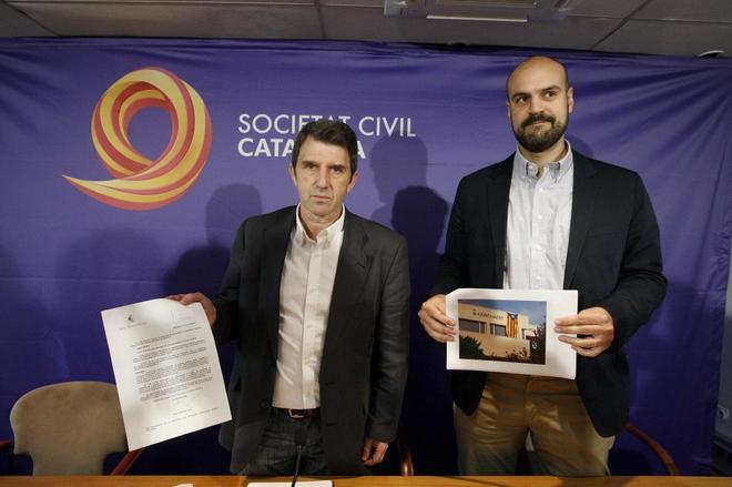Foto de archivo de Juan Arza (dcha.) en una rueda de prensa de la Sociedad Civil Catalana, en 2015, para denunciar la exhibición de esteladas en edificios públicos.