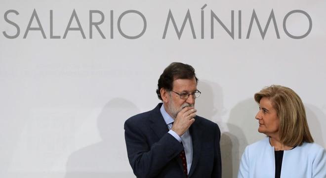 El presidente del Gobierno, Mariano Rajoy, y la ministra de Empleo, Fátima Báñez, durante la firma del acuerdo social para la subida del SMI.