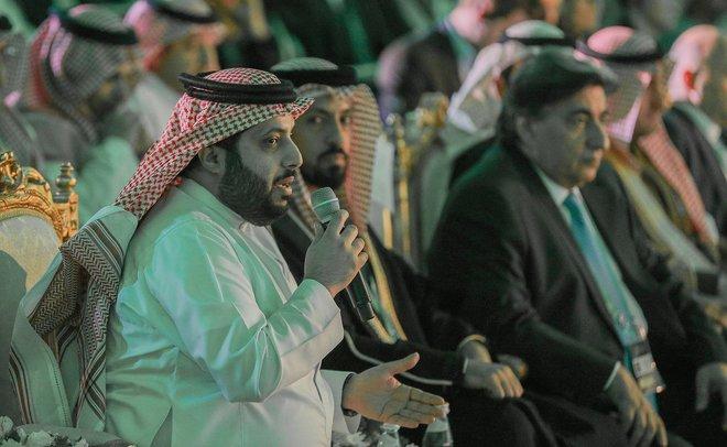Turki Al-Shaikh, presidente del Comité olimpico saudí. saluda a los participantes en el torneo de Riad.