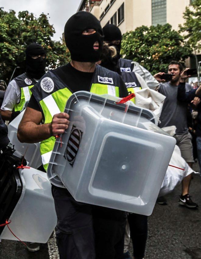 Un agente de la UIP con una urna electoral en la actuación del cuerpo...