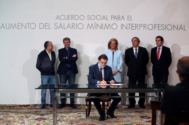 El presidente del Gobierno, Mariano Rajoy, durante la firma del acuerdo con sindicatos y patronal para subir el Salario Mínimo.