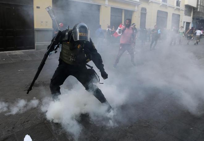 Manifestantes peruanos se enfrentan en Lima a las fuerzas de seguridad.