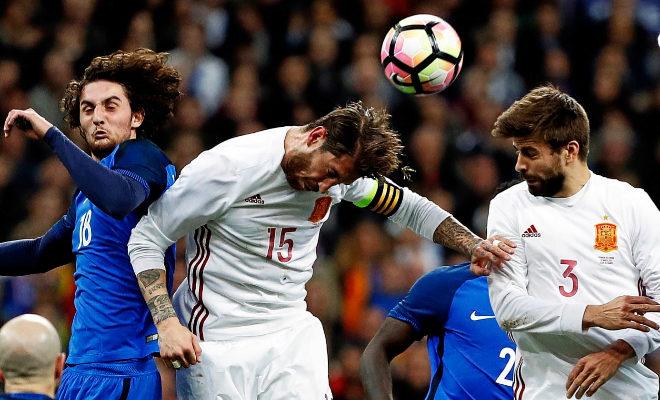 Rabiot lucha con Ramos y Piqué en el  amistoso Francia-España, último partido a beneficio de la AFE.